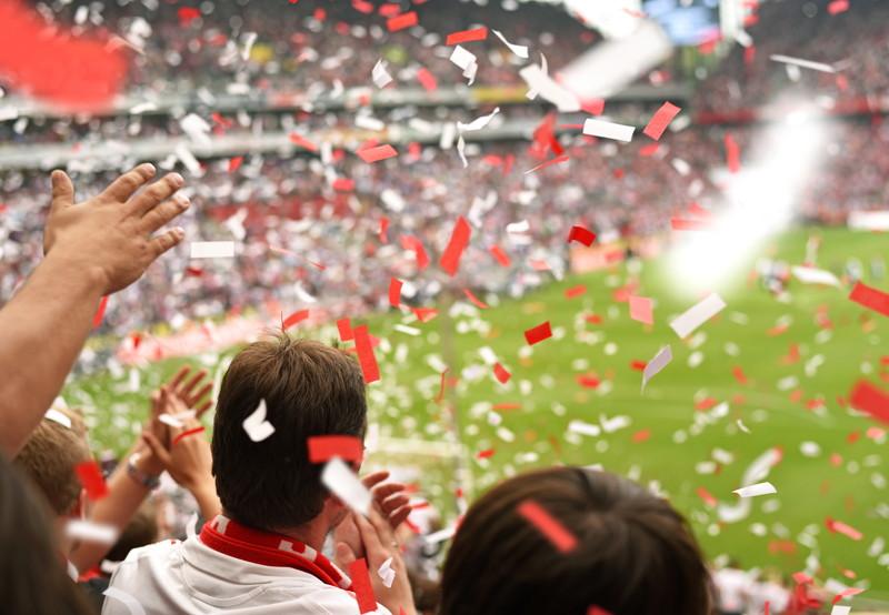 紙ふぶきが舞うスタジアム
