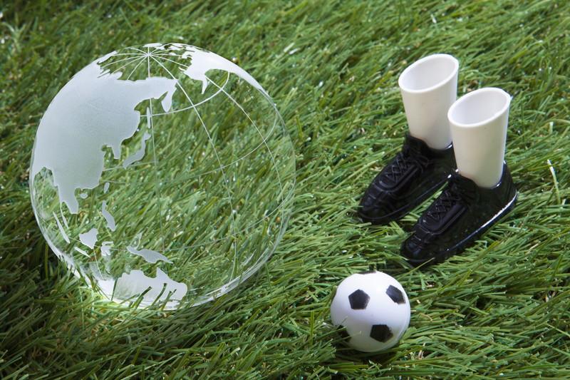 地球と足とボール